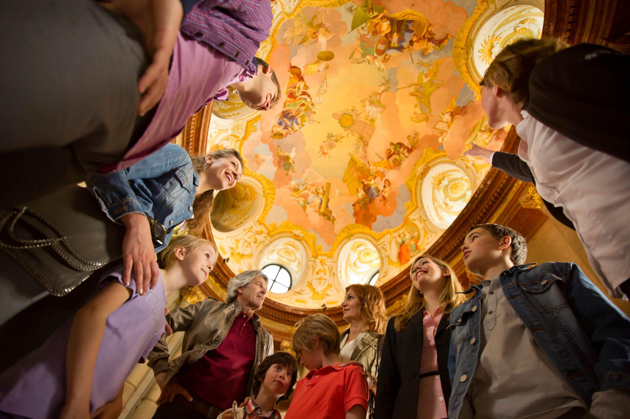 Deckenfresko mit Besuchern im Marmorsaal des Stifte Klosterneuburg - Foto: Daniel Gran/Stift Klosterneuburg