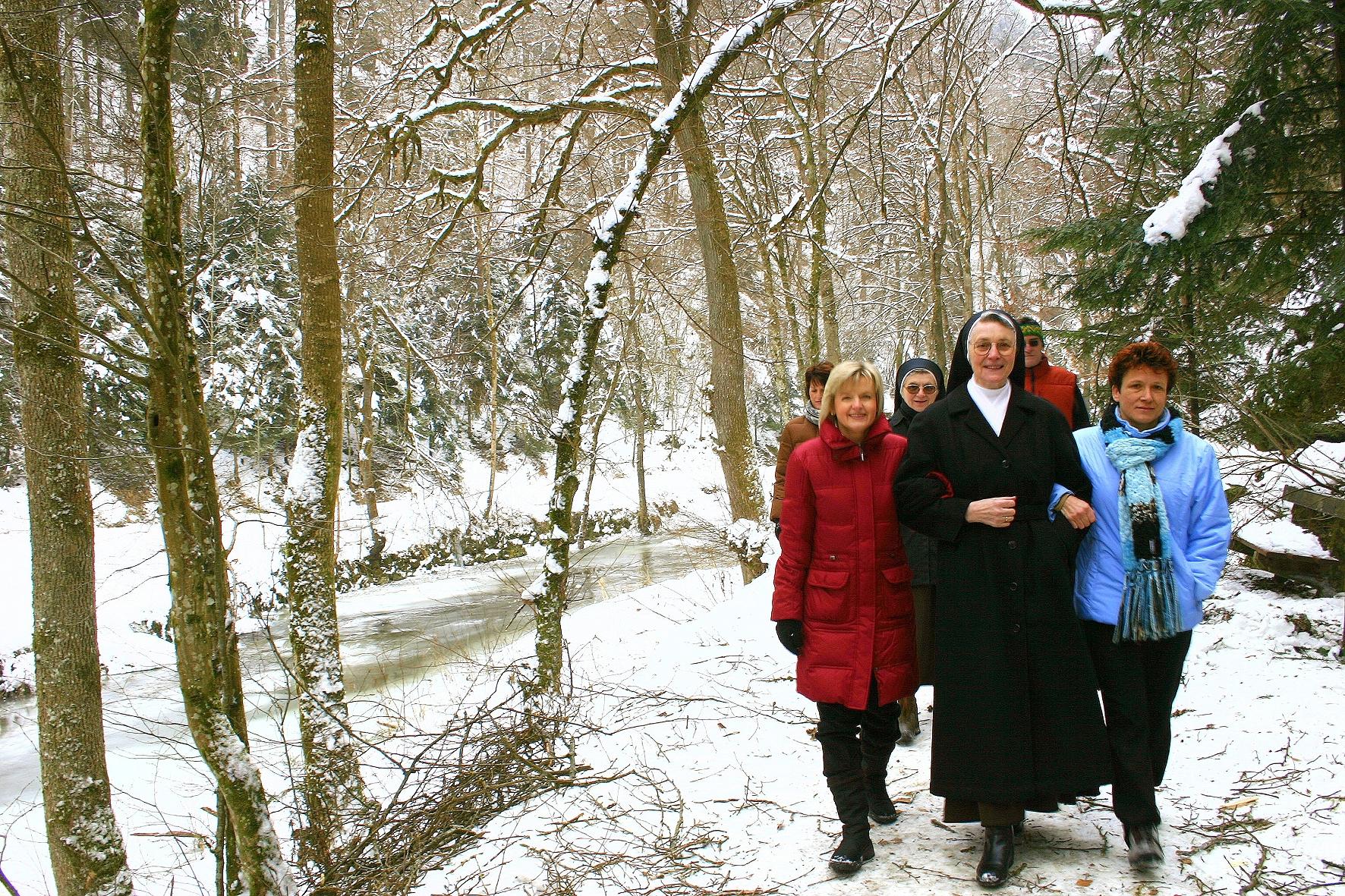 Winterspaziergang zum Kreuz mit Sr.Goretti / Foto: Archiv der Curhäuser der Marienschwestern