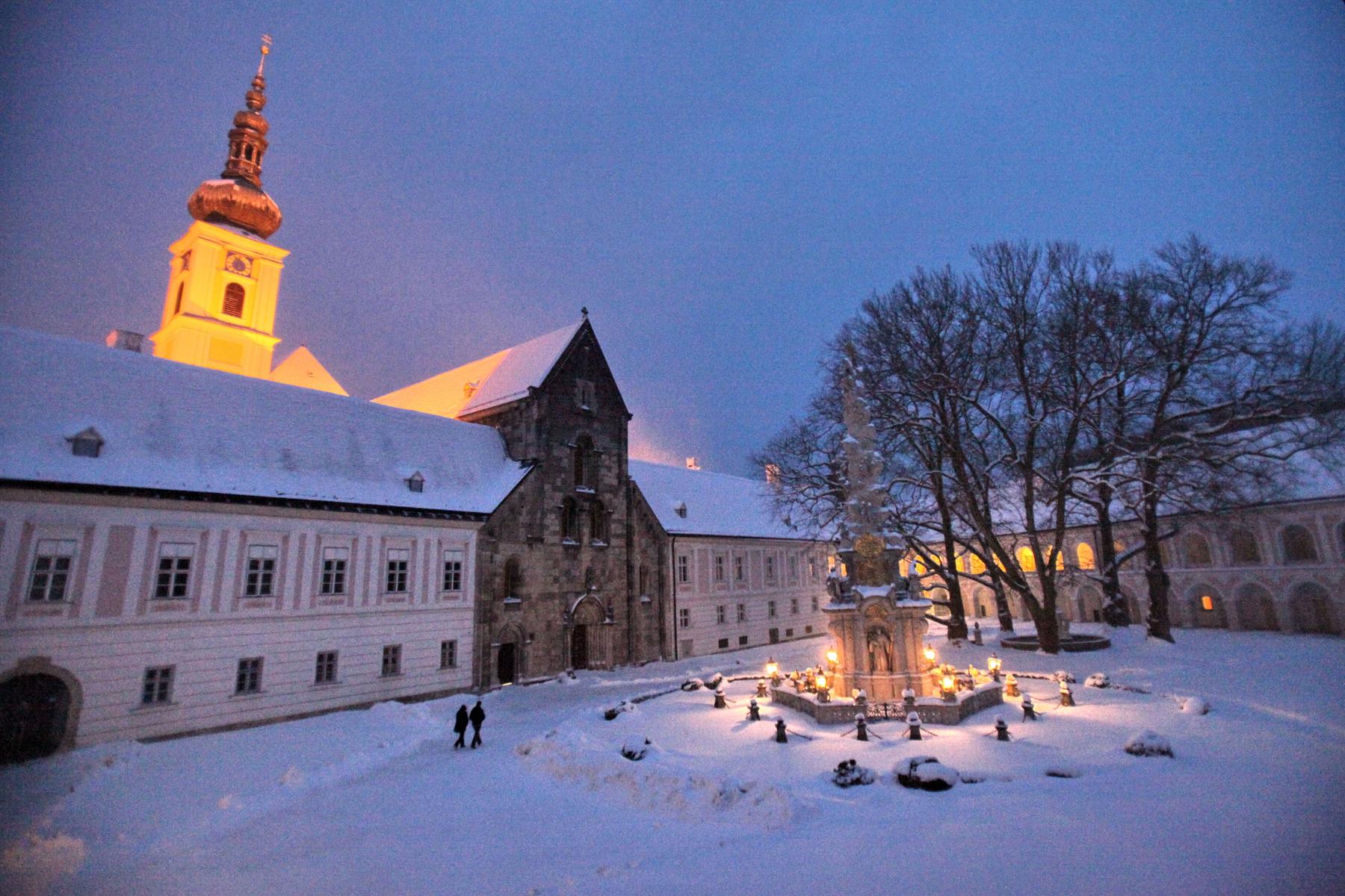 Winter im Stiftshof des Stiftes Heiligenkreuz - Foto: P. Karl Wallner