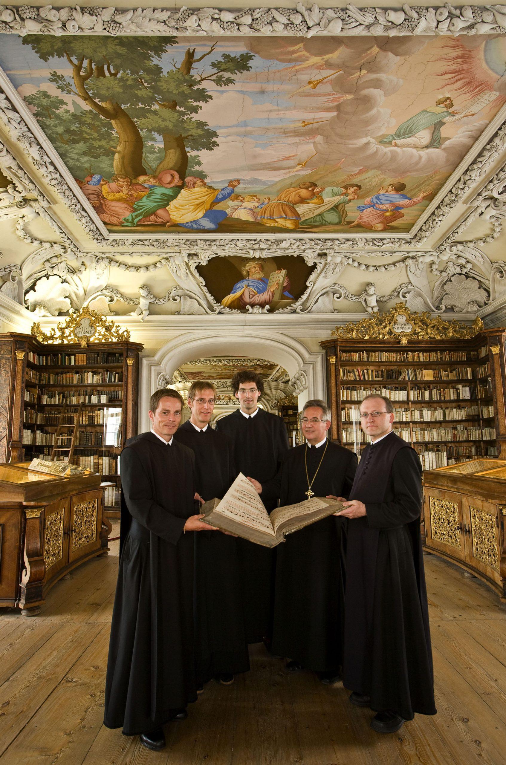 Mönche in der Bibliothek des Stiftes Kremsmünster - Foto: Archiv Stift Kremsmünster