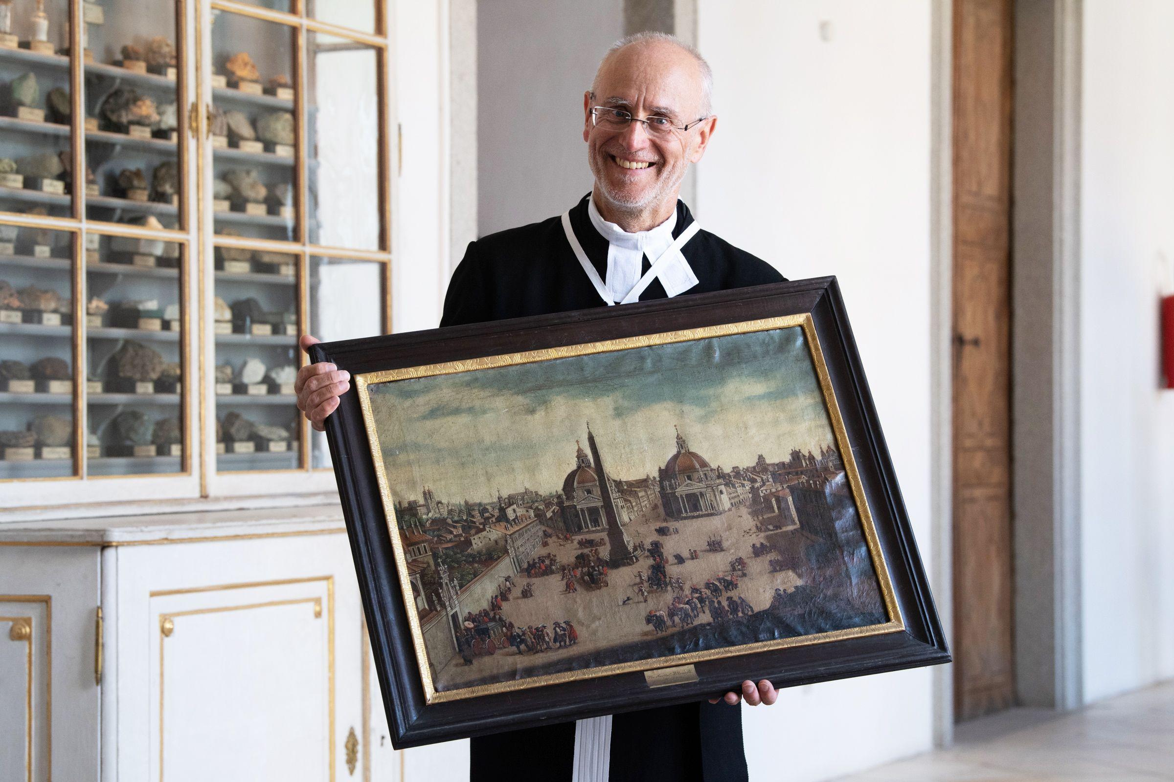 Kustos Harald R. Ehrl mit Kunstwerk aus Ausstellung Stift St. Florian / Foto: Bernadette Kerschbaummayr/Stift St. Florian